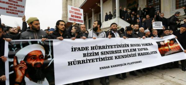 """عاجل: مظاهرات بتركيا ترفع صور قتلة """"شارلي ايبدو"""" وتهتف للقاعدة"""