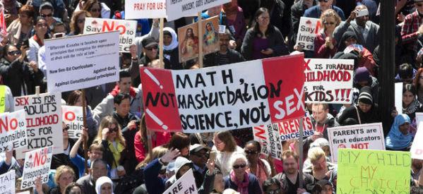 بالصور..الألاف يشاركون في أكبر تظاهرة ضد المناهج الجنسية الجديدة لحكومة أونتاريو