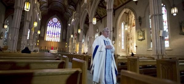 حكم قضائي بإنزال الصليب ومنع الصلاة قبل جلسات مجلس مدينة كندية