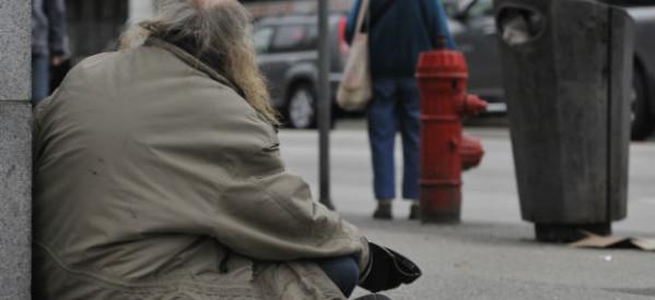 رجل بلا ماوي يعيد ٢٠٠٠ دولار وجدها في أحد شوارع مدينة فكتوريا