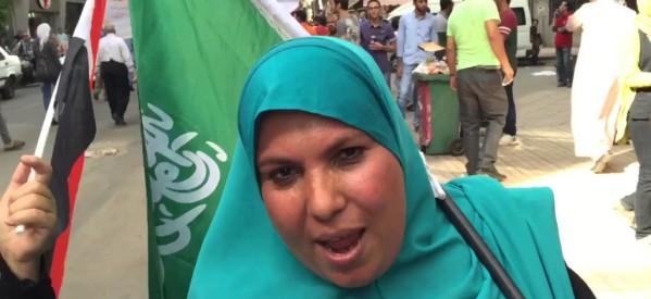 """الكاتبة السعودية منال القصيم ترد على """"منى"""": ألم تجدي غير علم بلادي لتتسولي به ؟؟منظرك مُهين ومُستفز"""