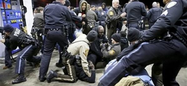 """أشتباكات في مونتريال بين متظاهرين مؤيدين وأخرين معارضين لإقتراح إدانة """"كراهية الاسلام"""""""